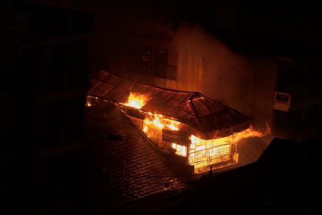 Cháy lớn gần trung tâm y tế thị trấn Sapa, nhiều du khách và người dân hoảng sợ bỏ chạy - Ảnh 2.