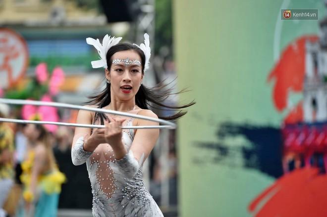 Người dân thủ đô thích thú với màn Carnival sôi động nhân dịp kỉ niệm 20 năm Hà Nội - thành phố vì hoà bình - Ảnh 9.