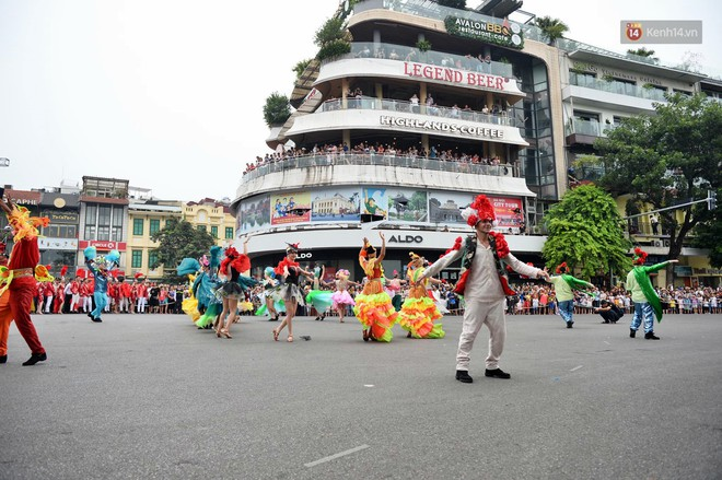 Người dân thủ đô thích thú với màn Carnival sôi động nhân dịp kỉ niệm 20 năm Hà Nội - thành phố vì hoà bình - Ảnh 11.