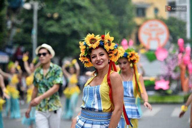 Người dân thủ đô thích thú với màn Carnival sôi động nhân dịp kỉ niệm 20 năm Hà Nội - thành phố vì hoà bình - Ảnh 5.