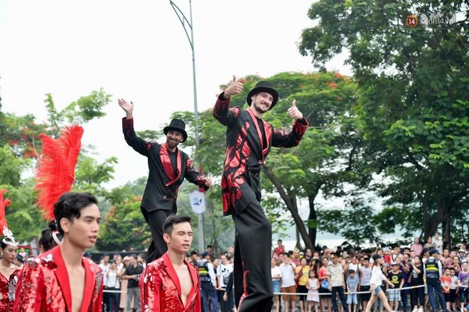 Người dân thủ đô thích thú với màn Carnival sôi động nhân dịp kỉ niệm 20 năm Hà Nội - thành phố vì hoà bình - Ảnh 14.