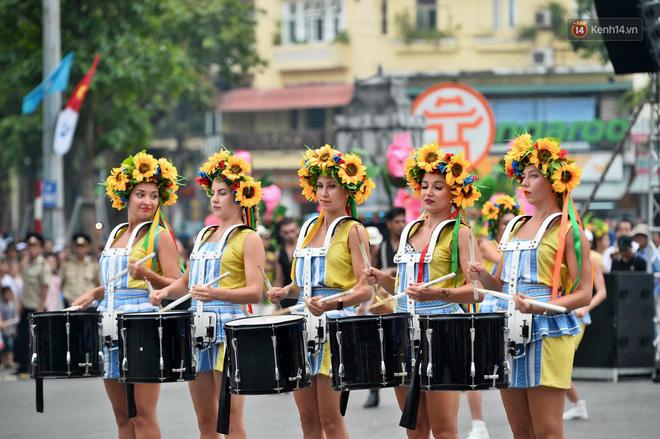 Người dân thủ đô thích thú với màn Carnival sôi động nhân dịp kỉ niệm 20 năm Hà Nội - thành phố vì hoà bình - Ảnh 8.