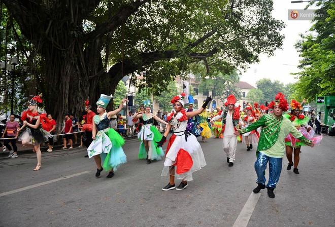 Người dân thủ đô thích thú với màn Carnival sôi động nhân dịp kỉ niệm 20 năm Hà Nội - thành phố vì hoà bình - Ảnh 3.