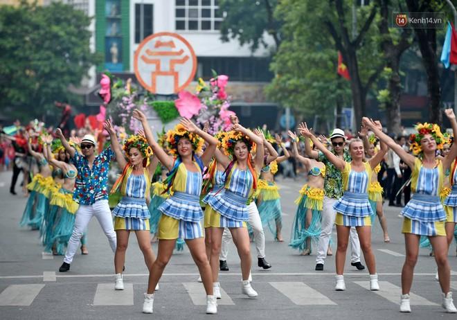 Người dân thủ đô thích thú với màn Carnival sôi động nhân dịp kỉ niệm 20 năm Hà Nội - thành phố vì hoà bình - Ảnh 1.