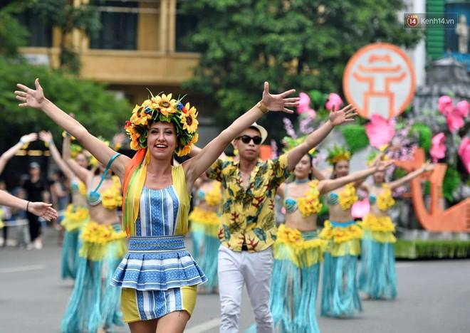 Người dân thủ đô thích thú với màn Carnival sôi động nhân dịp kỉ niệm 20 năm Hà Nội - thành phố vì hoà bình - Ảnh 2.