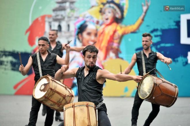 Người dân thủ đô thích thú với màn Carnival sôi động nhân dịp kỉ niệm 20 năm Hà Nội - thành phố vì hoà bình - Ảnh 7.