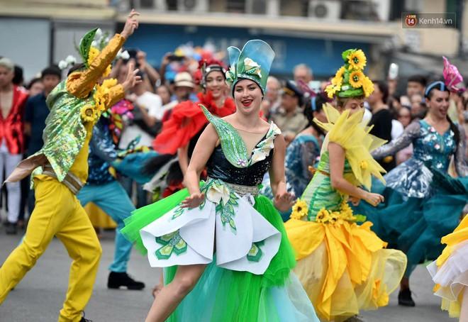 Người dân thủ đô thích thú với màn Carnival sôi động nhân dịp kỉ niệm 20 năm Hà Nội - thành phố vì hoà bình - Ảnh 10.