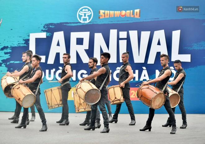 Người dân thủ đô thích thú với màn Carnival sôi động nhân dịp kỉ niệm 20 năm Hà Nội - thành phố vì hoà bình - Ảnh 6.