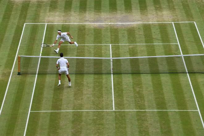 Nhói lòng khoảnh khắc huyền thoại Roger Federer lặng người bất động sau trận chung kết Wimbledon lịch sử và hấp dẫn không thể tin nổi - Ảnh 4.