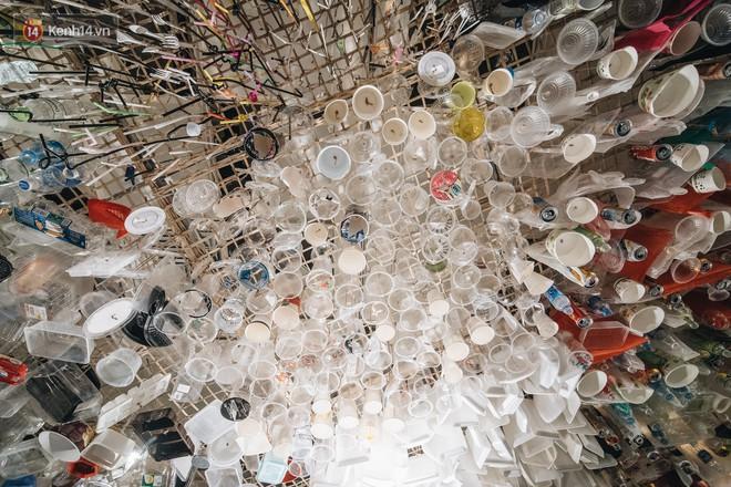 500kg rác thải treo lơ lửng trên đầu: Triển lãm ấn tượng ở Hà Nội khiến người xem ngộp thở - Ảnh 4.