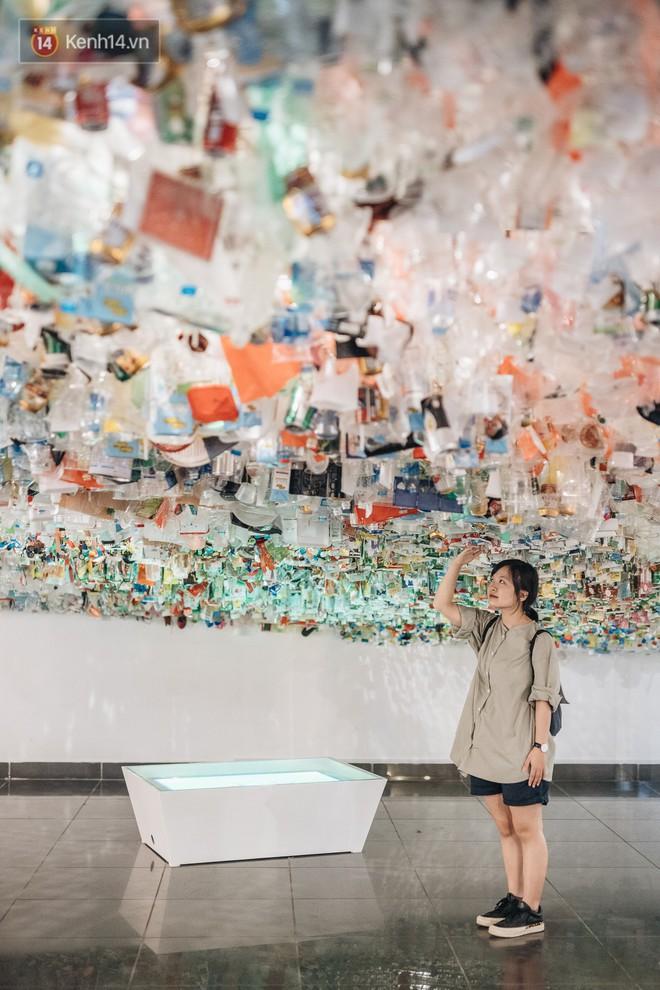 500kg rác thải treo lơ lửng trên đầu: Triển lãm ấn tượng ở Hà Nội khiến người xem ngộp thở - Ảnh 10.