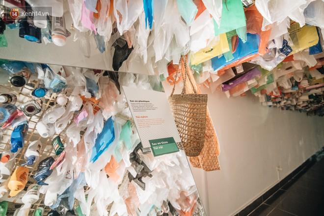 500kg rác thải treo lơ lửng trên đầu: Triển lãm ấn tượng ở Hà Nội khiến người xem ngộp thở - Ảnh 17.
