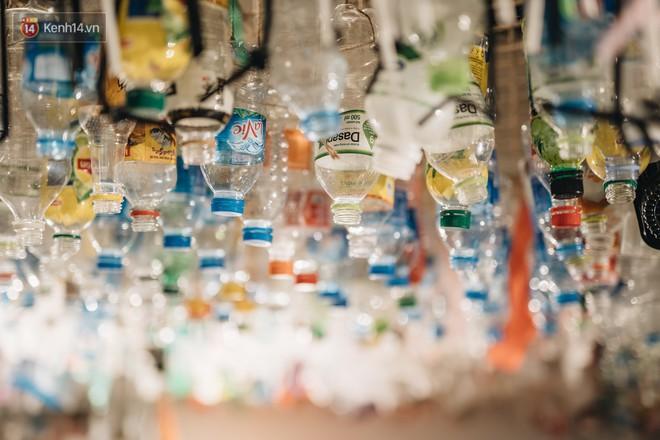 500kg rác thải treo lơ lửng trên đầu: Triển lãm ấn tượng ở Hà Nội khiến người xem ngộp thở - Ảnh 15.