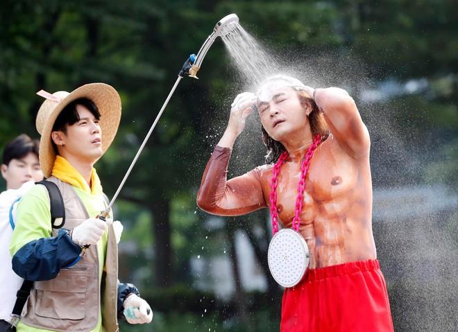 Baekhyun thắng ca sĩ bị nghi gian lận cũng không hot bằng màn tắm gội trên đường đi làm của bộ đôi chiêu trò này - Ảnh 2.