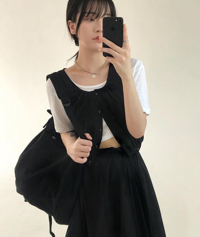 Đừng chỉ mặc crop top bình thường, Jennie sẽ chỉ bạn cách khoe eo thon rất ngầu và chất - Ảnh 2.