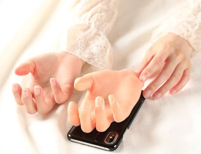 Phát minh độc dị của người Nhật: Ốp lưng iPhone bàn tay kỳ quái, trông ghê mà có ích ra phết - Ảnh 2.
