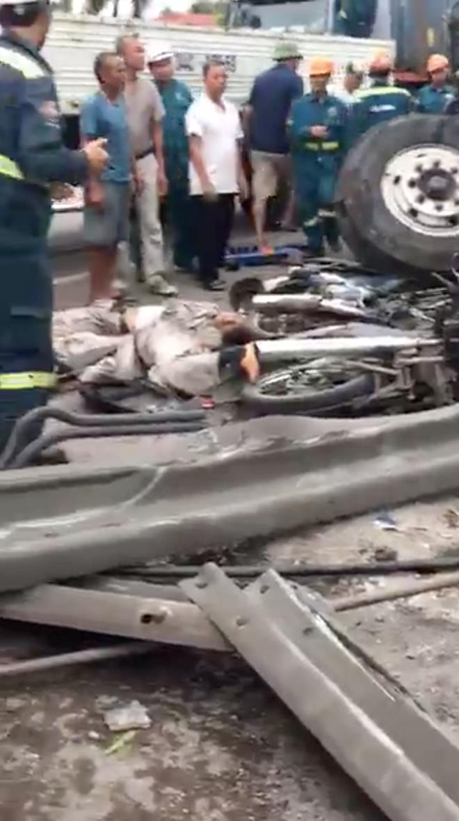 Ảnh: Hiện trường đầy ám ảnh vụ tai nạn khiến ít nhất 6 người tử vong tại Hải Dương - Ảnh 7.