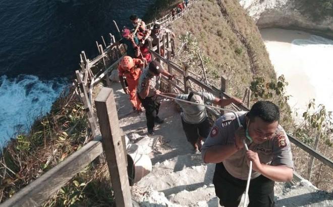 Thi thể nam du khách Việt được đưa lên khỏi vách đá (Ảnh: Nusabali)