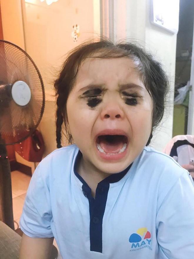 Bé gái xem điện thoại nhiều bị mẹ tô mắt đen sì để dọa, khóc nức nở khiến dân mạng vừa thương vừa cười vỡ bụng - Ảnh 1.