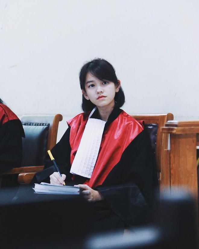 22 tuổi đã ngồi vào ghế thẩm phán lại xinh đẹp vô cùng, nữ sinh được dân mạng hỏi xin info không ngớt - Ảnh 2.