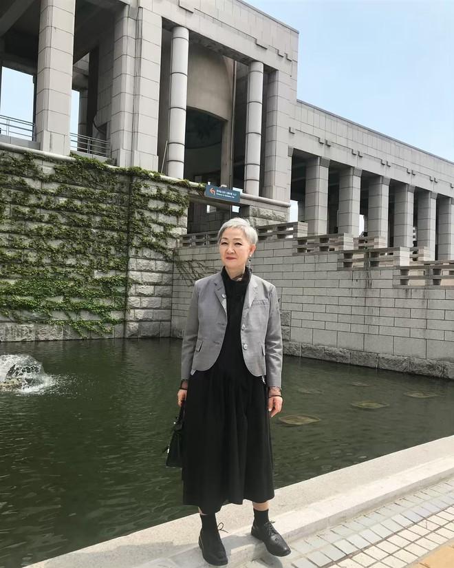 """Đầu đã bạc nhưng không thích mặc kiểu người già, cụ bà Hàn Quốc khiến giới trẻ """"chạy dài"""" hàng kilomet vì style cực chất - Ảnh 5."""