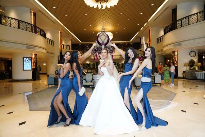 HHen Niê ăn diện quyến rũ, cùng dàn mỹ nhân Miss Universe làm phù dâu trong đám cưới Hoa hậu Thái Lan - Ảnh 3.