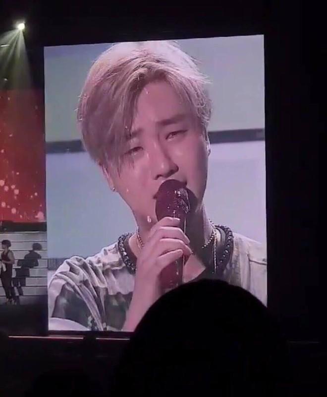 Sân khấu đầu tiên của iKON hậu B.I rời nhóm: Các thành viên và fan chìm trong biển nước mắt - Ảnh 2.