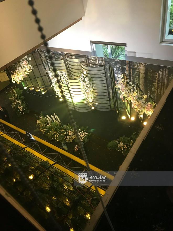 Độc quyền: Loạt ảnh hiếm hoi không gian cưới ngập sắc xanh của Đàm Thu Trang - Cường Đô La - Ảnh 5.