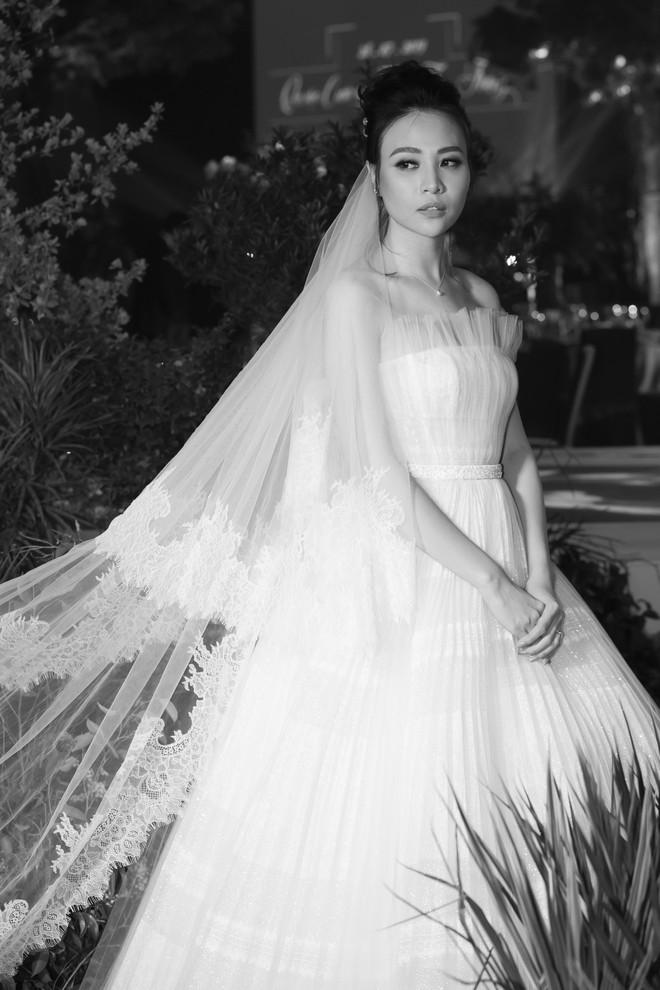 Hậu trường hôn lễ Đàm Thu Trang và Cường Đô La: Cô dâu đẹp xuất sắc trong bộ váy cưới, e ấp hạnh phúc bên chú rể - Ảnh 1.