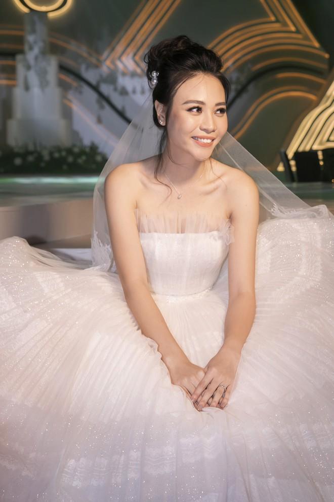 Hậu trường hôn lễ Đàm Thu Trang và Cường Đô La: Cô dâu đẹp xuất sắc trong bộ váy cưới, e ấp hạnh phúc bên chú rể - Ảnh 2.