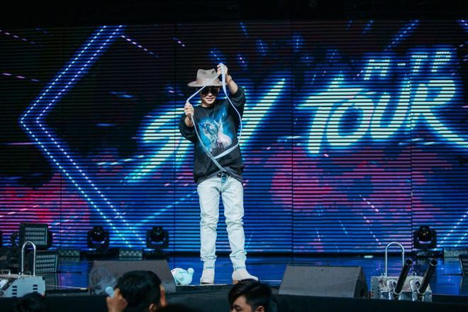 Sướng như Sky tham dự Sky Tour ở TP.HCM: Được bắt tay, ôm và đích thân Sơn Tùng tặng quà khủng - Ảnh 4.