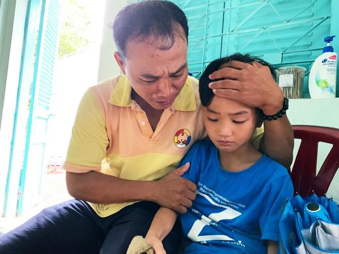 Người cha ở Sài Gòn ôm con khóc trong hạnh phúc sau hơn 4 tháng tìm kiếm mỏi mòn - Ảnh 4.