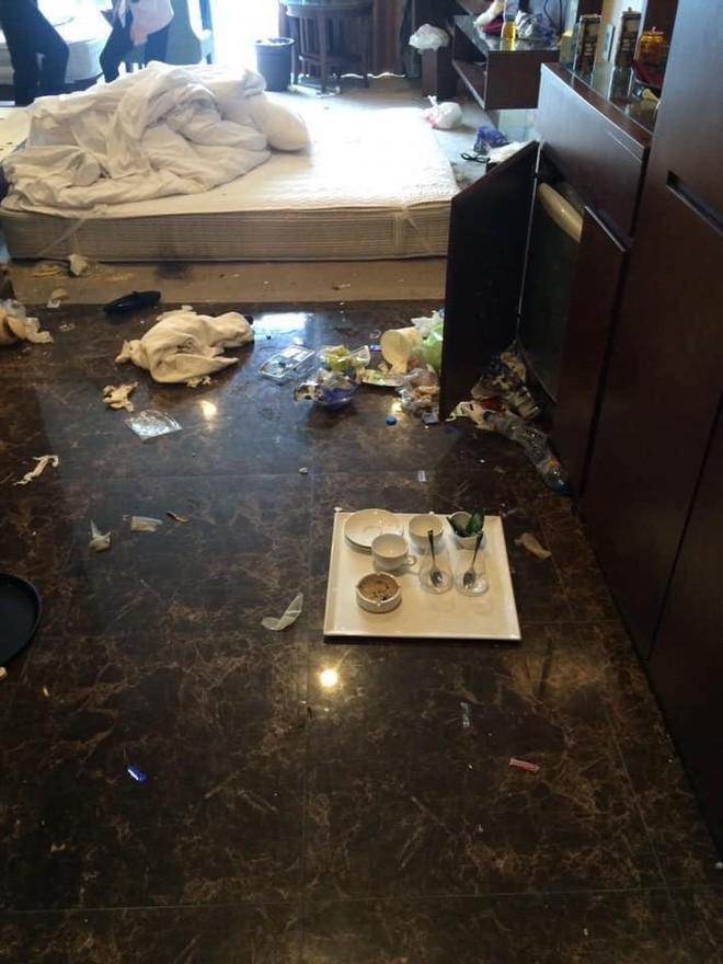Kinh hoàng những pha du khách ở cực bẩn trong khách sạn và homestay: Rác ngập kín lối, chó phóng uế cả... trên giường - Ảnh 6.