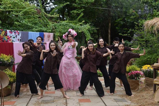 Để BB Trần nói mà nghe, đại hội giải nghiệp của Mị miền Tây là phải quẩy vũ điệu gãy tay của Sơn Tùng mới chuẩn - Ảnh 3.
