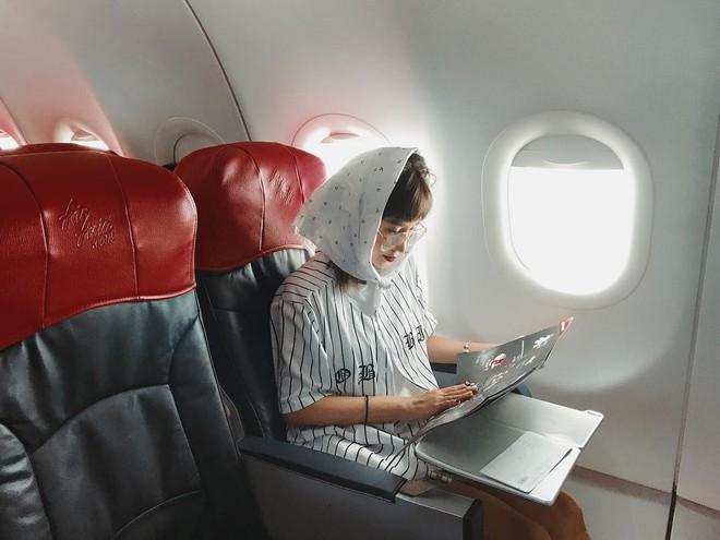 Hot girl đúng là hot girl, có mỗi cái cửa sổ máy bay mà cũng tạo dáng chụp được ảnh đẹp hết nấc - Ảnh 9.