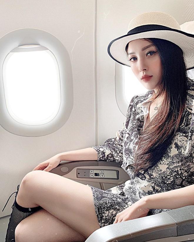 Hot girl đúng là hot girl, có mỗi cái cửa sổ máy bay mà cũng tạo dáng chụp được ảnh đẹp hết nấc - Ảnh 1.