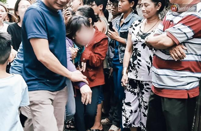 Cha mẹ nữ sinh 19 tuổi khóc cạn nước mắt, ngã quỵ khi quay lại hiện trường nhận thi thể con gái - Ảnh 4.