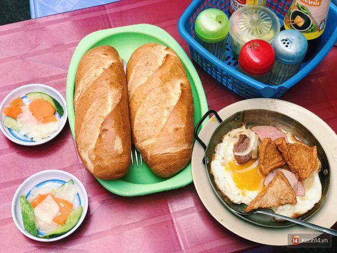 """8 cột mốc biến bánh mì Việt từ món ăn """"vay mượn"""" thành chiếc bánh mì ngon nhất thế giới - Ảnh 1."""