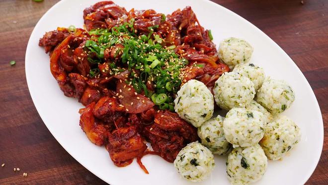 Điểm danh các món ăn đẫm sốt cay đỏ rực nổi tiếng nhất của người Hàn - Ảnh 4.