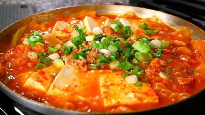 Điểm danh các món ăn đẫm sốt cay đỏ rực nổi tiếng nhất của người Hàn - Ảnh 1.