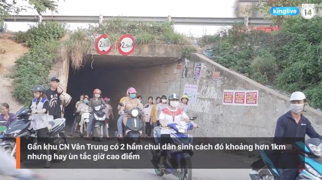 Clip: Thót tim cảnh công nhân bất chấp nguy hiểm băng ngang cao tốc Hà Nội - Bắc Giang - Ảnh 4.