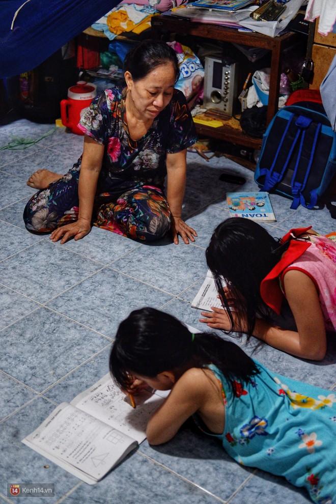Xót xa hoàn cảnh hai chị em gái bị cha mẹ bỏ rơi ở Sài Gòn: Vợ chồng nó đi biền biệt không biết sống chết thế nào - Ảnh 1.