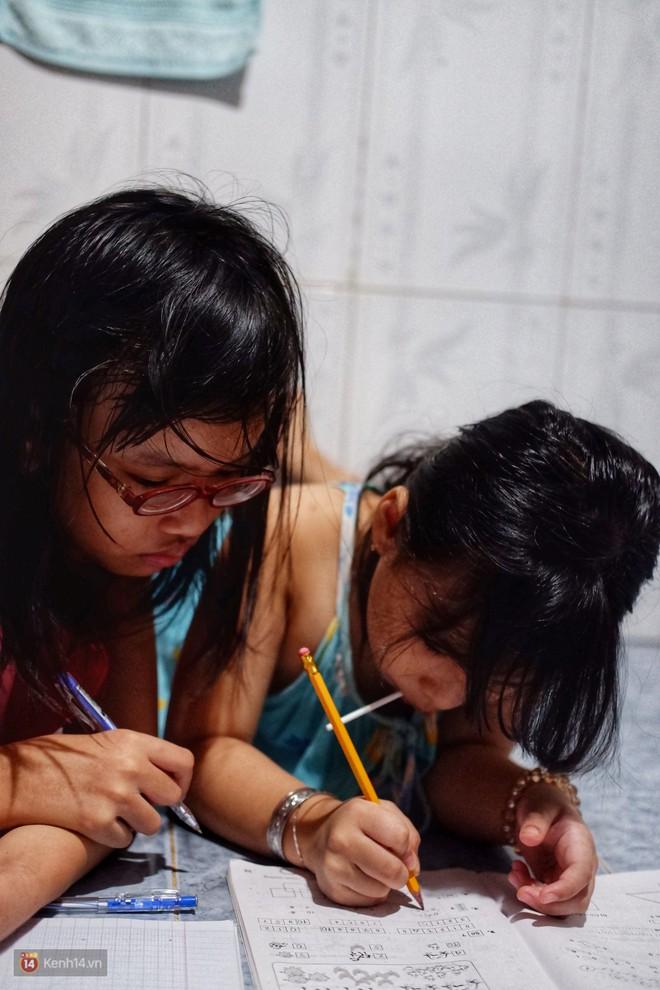 Xót xa hoàn cảnh hai chị em gái bị cha mẹ bỏ rơi ở Sài Gòn: Vợ chồng nó đi biền biệt không biết sống chết thế nào - Ảnh 4.