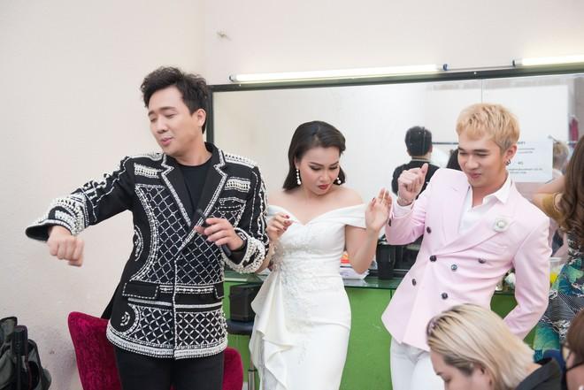Trấn Thành bày Cẩm Ly nhảy rồi livestream trong hậu trường - Ảnh 2.