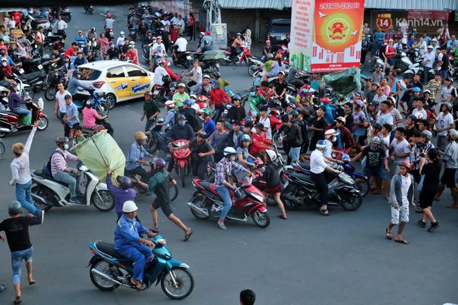 Đội quân cô hồn sống trèo tường, lao vào tranh cướp tiền cúng gây náo loạn đường phố Sài Gòn - Ảnh 8.