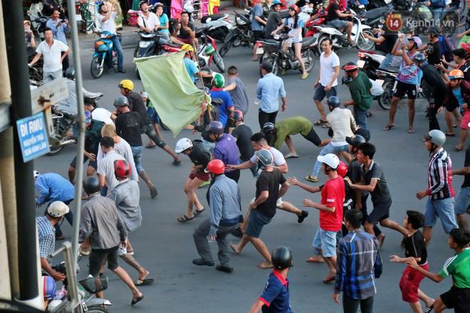 Đội quân cô hồn sống trèo tường, lao vào tranh cướp tiền cúng gây náo loạn đường phố Sài Gòn - Ảnh 6.