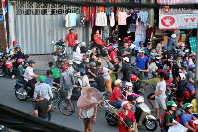 Đội quân cô hồn sống trèo tường, lao vào tranh cướp tiền cúng gây náo loạn đường phố Sài Gòn - Ảnh 7.