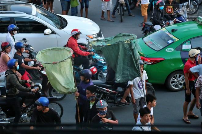 Đội quân cô hồn sống trèo tường, lao vào tranh cướp tiền cúng gây náo loạn đường phố Sài Gòn - Ảnh 3.