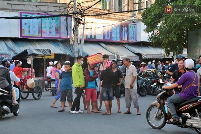 Đội quân cô hồn sống trèo tường, lao vào tranh cướp tiền cúng gây náo loạn đường phố Sài Gòn - Ảnh 2.