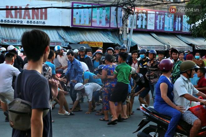Đội quân cô hồn sống trèo tường, lao vào tranh cướp tiền cúng gây náo loạn đường phố Sài Gòn - Ảnh 5.